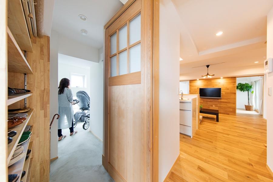 AFTER:玄関入ってすぐの入り口には明るい印象を損なわないよう、ガラス入りの框引き戸。材料は栂(ツガ)を使用。