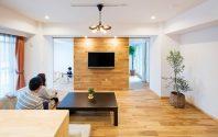 AFTER:オークの床材を続けて貼り上げたアクセント壁が印象的なリビング。