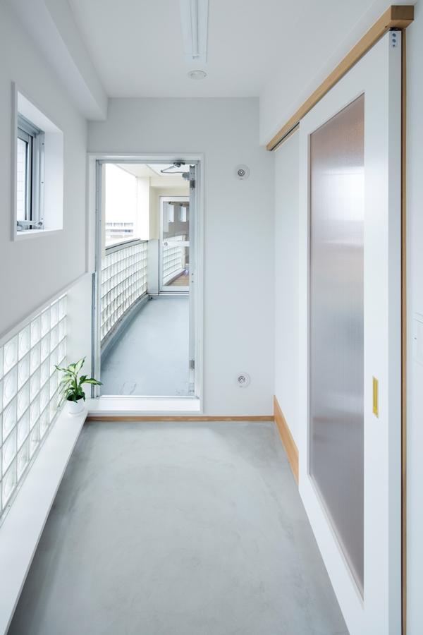 AFTER:低い位置にあるガラスブロックから入る光がモルタルの床や塗装壁に反射してサンルームを明るく照らしてくれます。