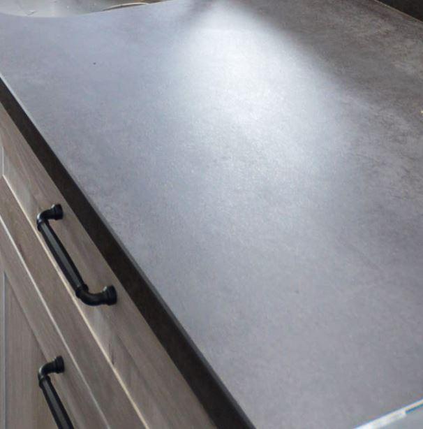 セラミックトップは、高温に晒されても変形や変色が起こりにくく、キズや汚れも付きにくい丈夫な素材です。