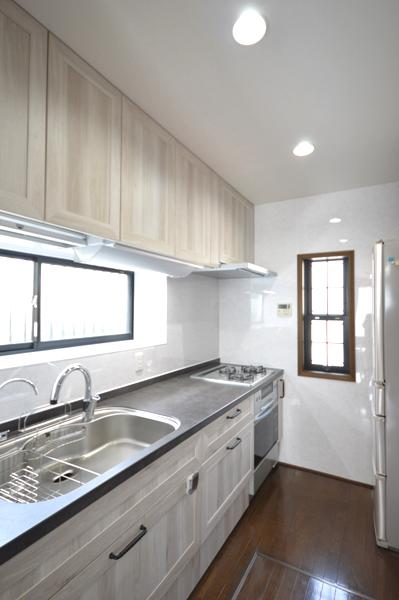 after :LIXILのセラミックトップ、色はグレーズグレー。キッチン扉は木目調のホワイトオーク。以前あった炊飯器などは背面収納にすっきりと納まりました。