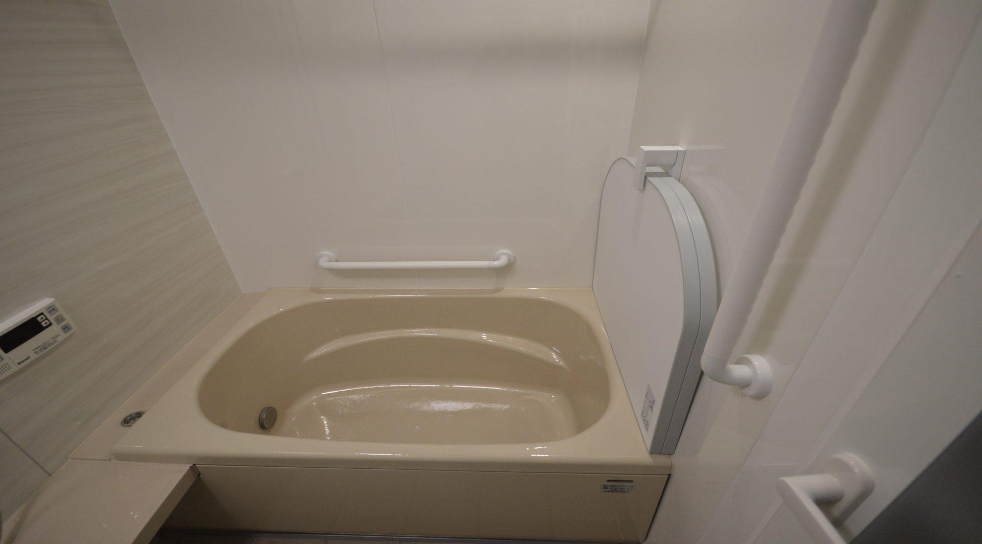 鉄がベースの安定感がある浴槽。<br/>浴槽自体の蓄熱効果で体の芯まで温まります。