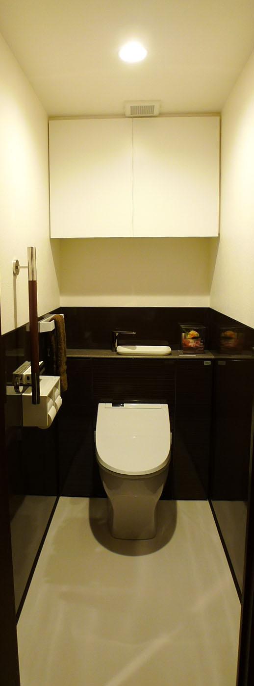 After:白とダークブラウンの2色でコーディネート。腰下は全てお掃除のしやすいホーローパネルです。染み込んで臭いなどが気になるトイレだからこそホーロが大活躍。