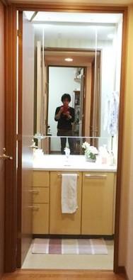 BEFORE:カウンターの後ろまで鏡張りで空間が広くみえる反面、 日常お手入れをする奥様にとっては水滴あとの拭き掃除が大変でした。