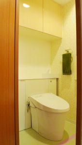 AFTER:LIXILのリフォレ 手洗いが後ろについて、コンパクトに収納もできるマンション用のスッキリとしたタイプのトイレです。
