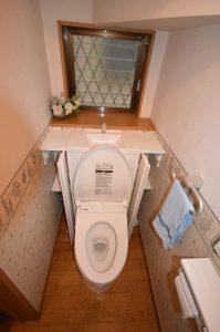 両脇の棚にトイレ用品を収納できます。