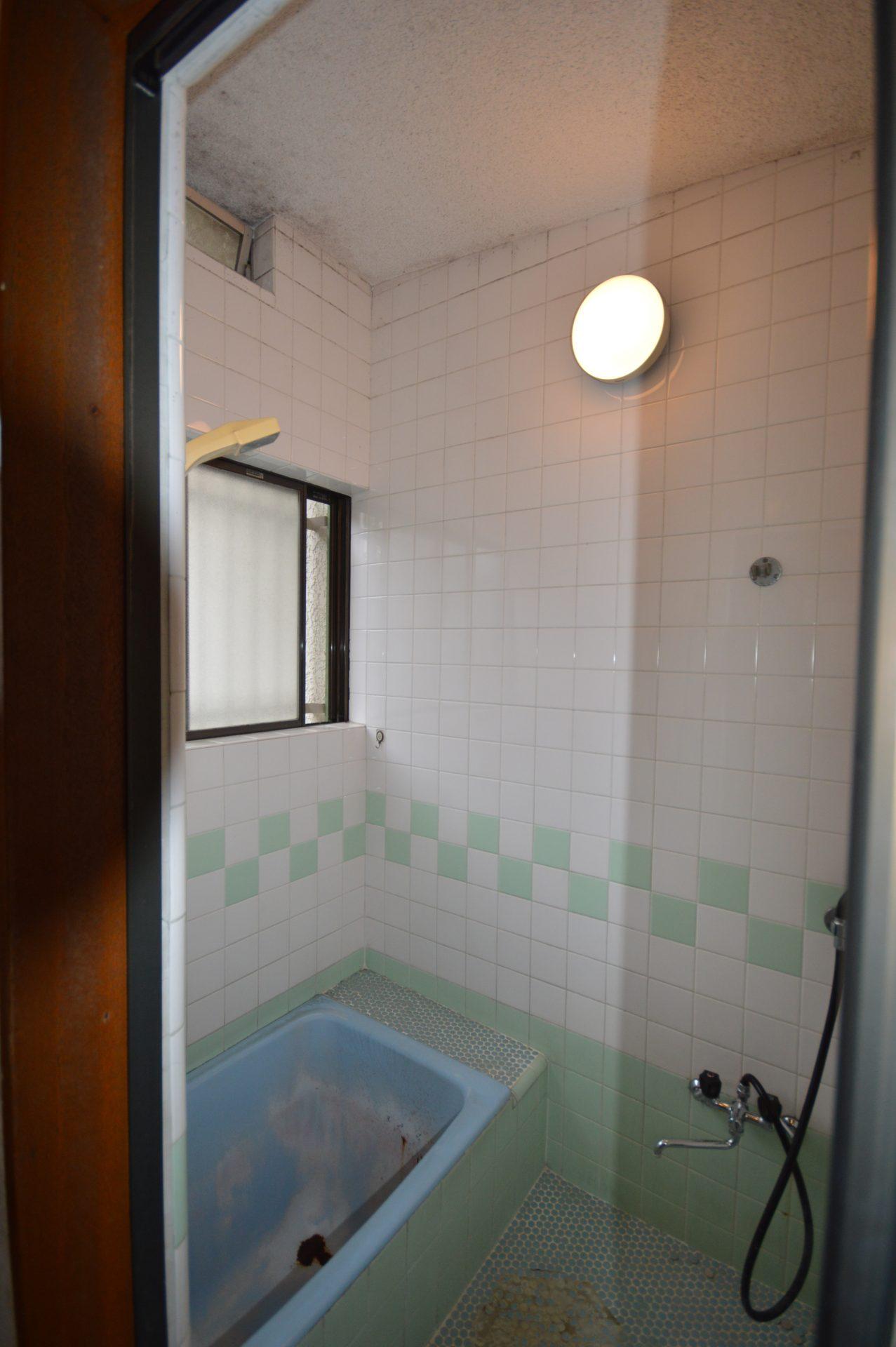 Before:昔ながらのタイル貼り浴室