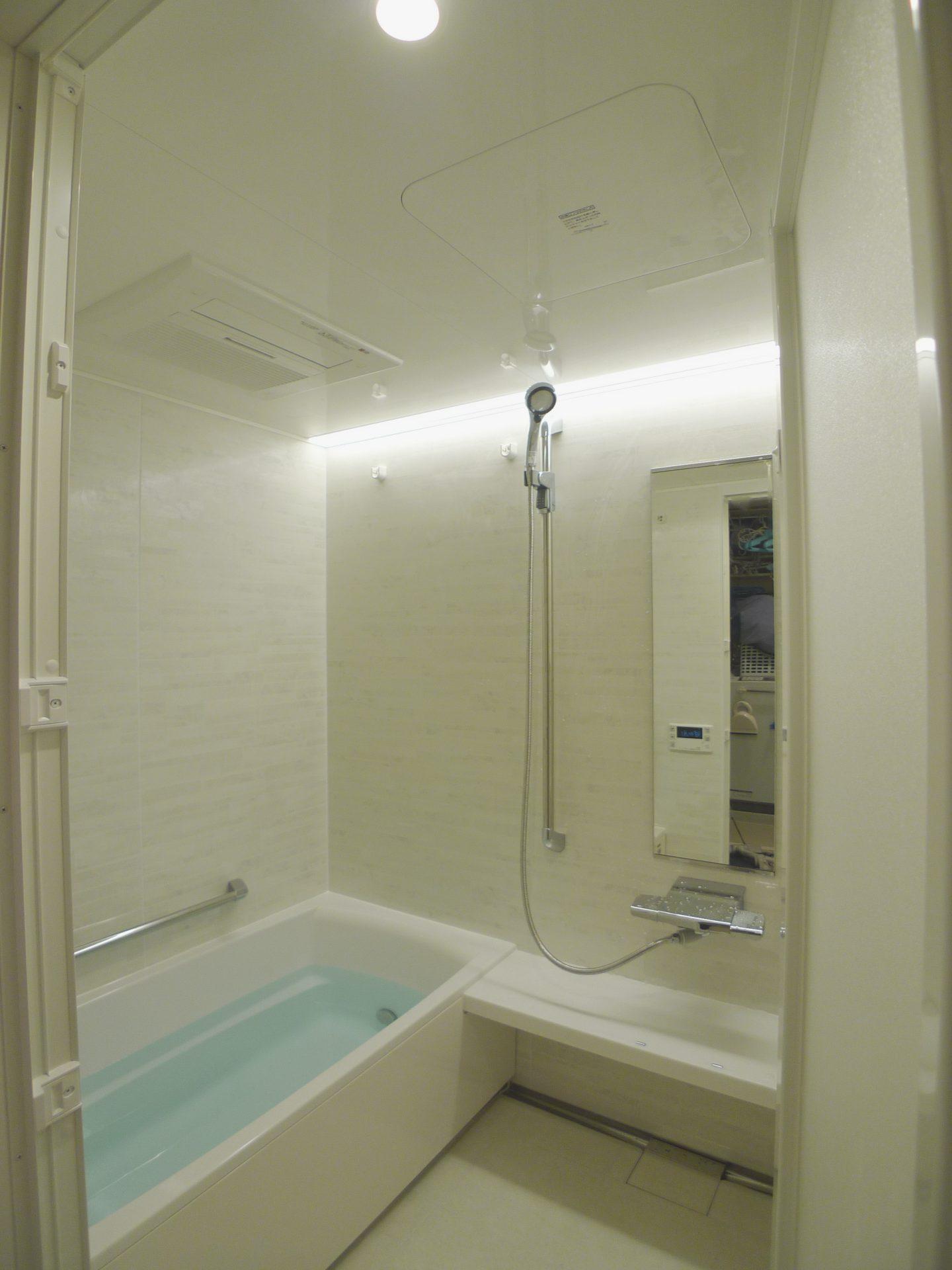 After : ライン照明、シャワーバー、カウンターをセレクトしたタカラスタンダード伸びの美浴室