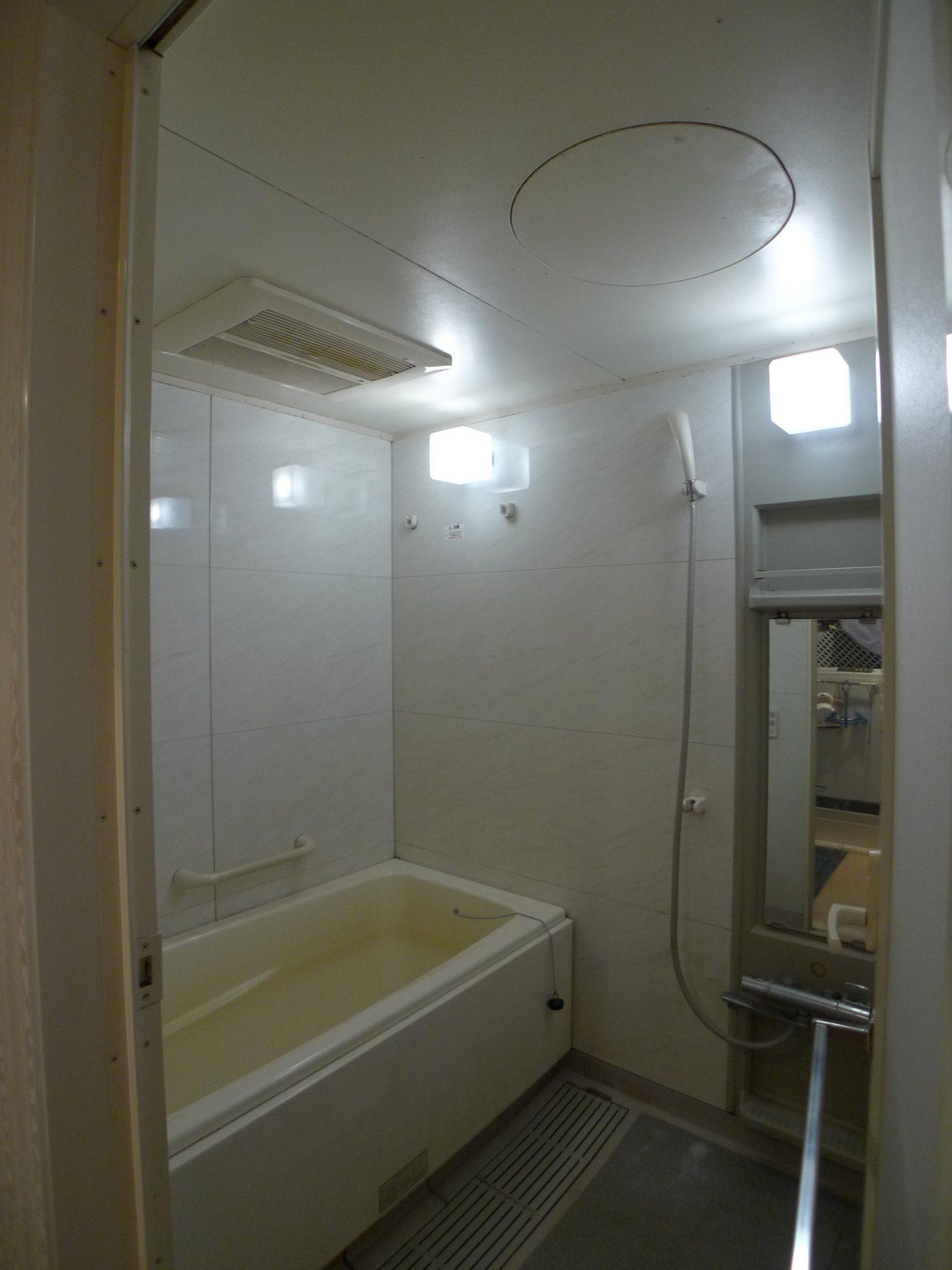Before: 浴槽にそった排水溝のお掃除が大変だったシステムバス