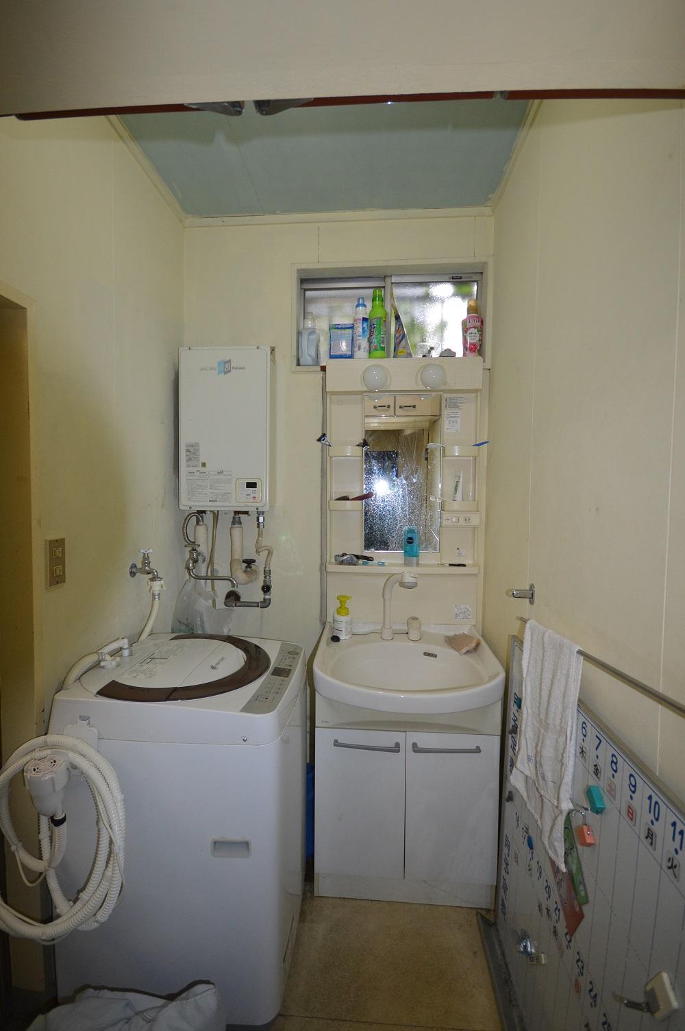 Before:屋内にあった給湯器は、屋外設置の省エネ型に変更
