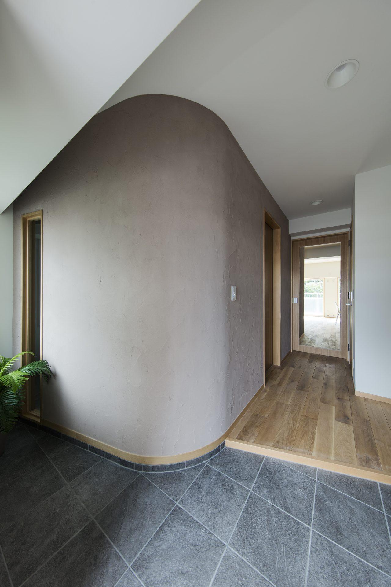 横にスペースを広げた玄関土間スペース