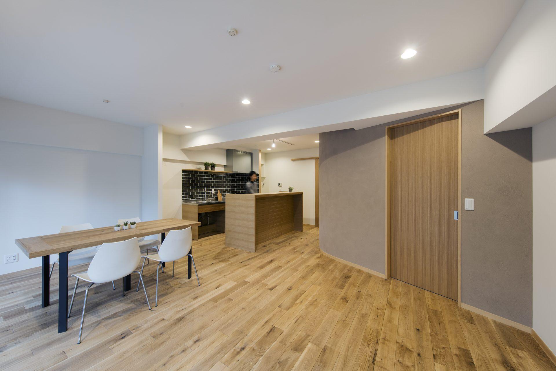リビングダイニングキッチン。寝室を囲う斜めカーブがある壁。柔らかさと広がりを感じさせます。