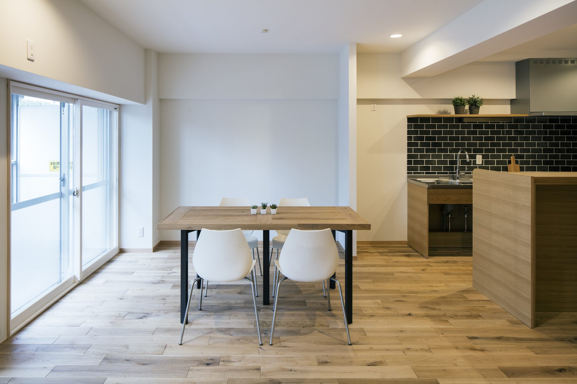 ダイニングテーブルは床材を貼って作りました。
