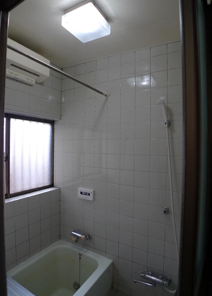 Before:築30年の在来浴室、入り口段差と寒さが気になっていました。