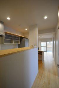 After 台所と和室の間仕切壁を取り払って光をとり込んだ空間に