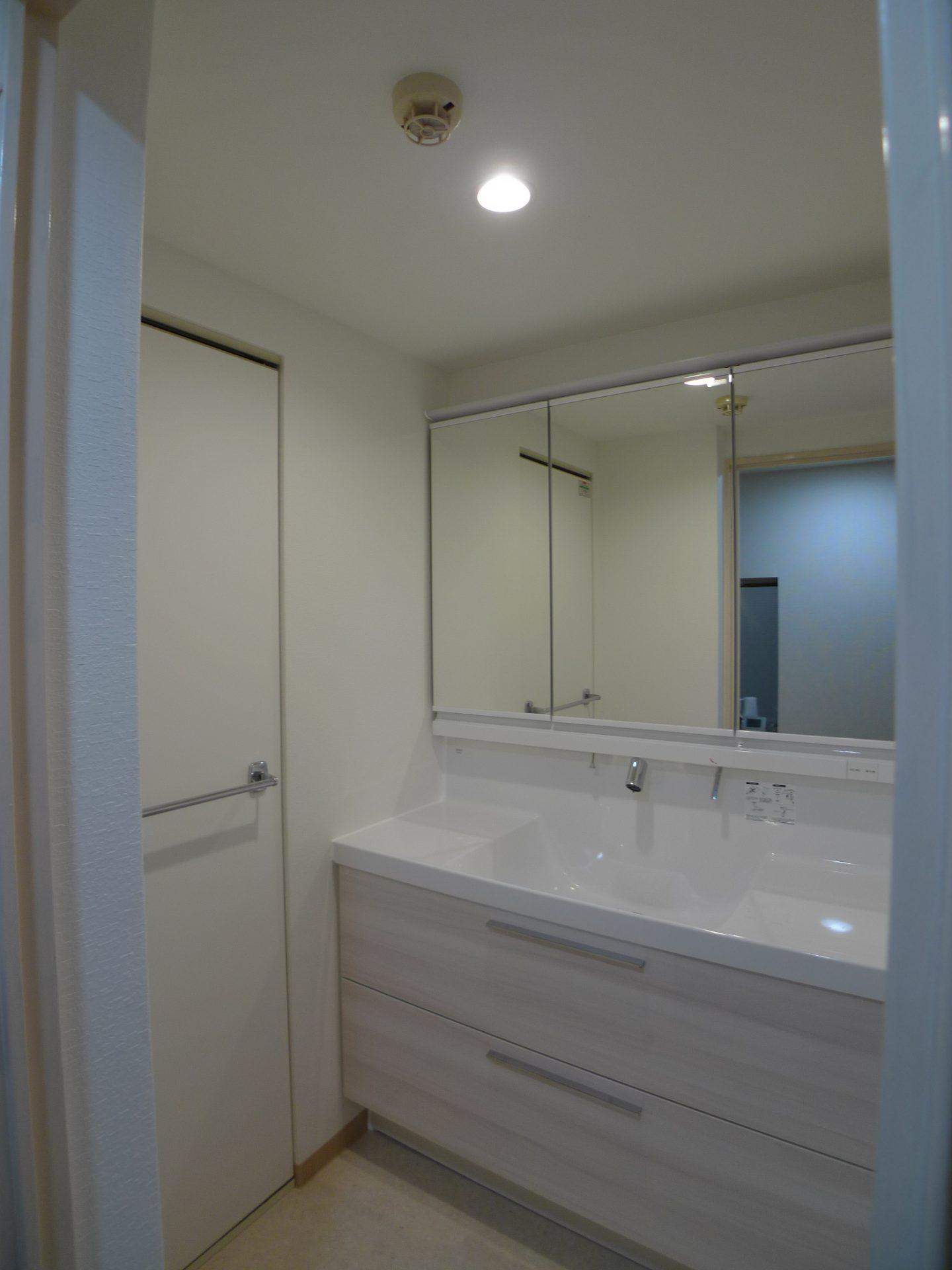 After 洗面室  ワイド120cmの引き出し収納は収納力抜群です。