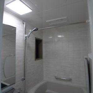 After 浴室   ブリックグレーの壁パネル、窓枠もグレーにこだわりました。