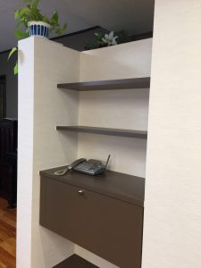 冷蔵庫の目隠しとなって飾り棚