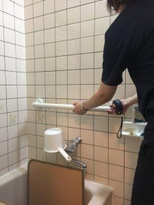 ④浴槽出入り用横手摺