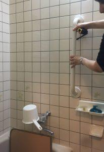 ③浴槽出入り・洗い場立ち座り用縦手摺